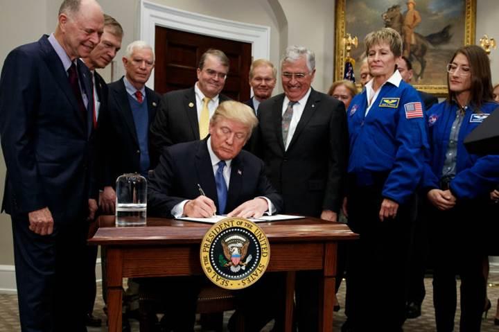 Trump-imzaladi-Amerikan-astronotlar-Aya-geri-donuyor95836_1.jpg