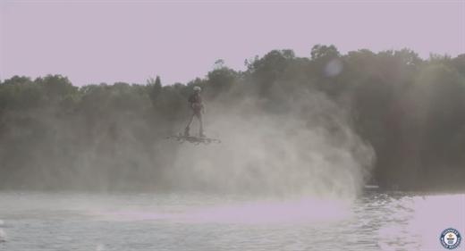 """Gölün üzerinden geçen """"Uçan kaykay"""" en uzun mesafe gitme rekorunu kırdı"""