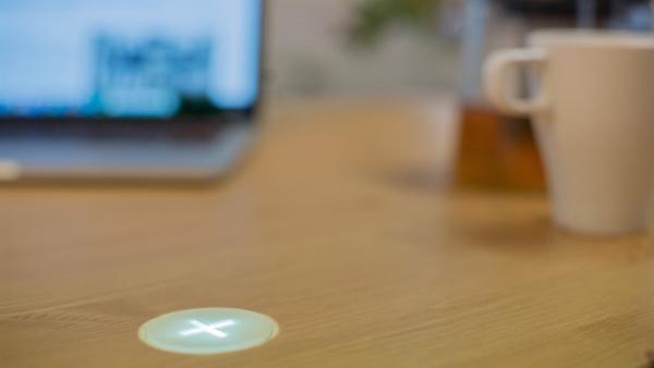 Üstünde kahve içtiğiniz masa, telefonunuzu şarj edebilir mi?