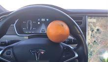 Tesla'nın otomatik pilotunu portakalla kandırdılar [video]
